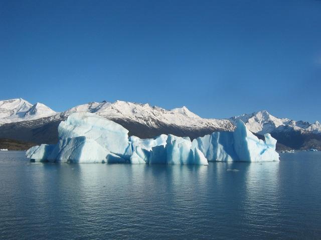 Glacial_iceberg_in_Argentina
